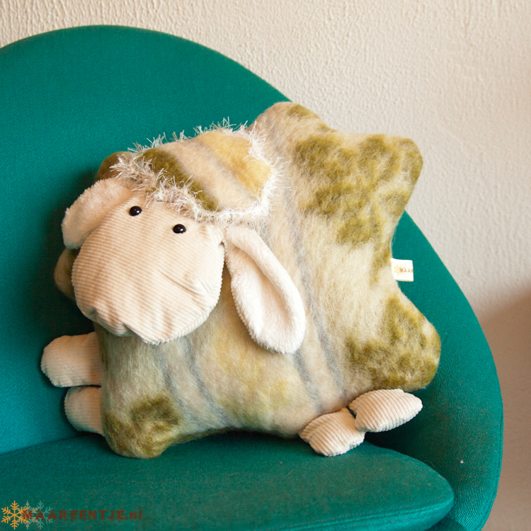 Schaap kussen gemaakt van wollen deken